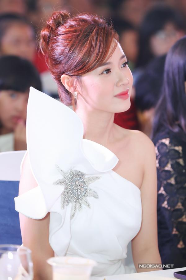 Chiếc váy hở vai, có họa tiết dựng khối tạo điểm nhấn cho ngoại hình của Midu.