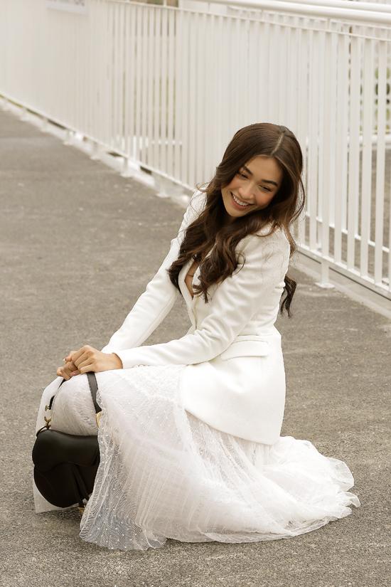 Blazer kết hợp chân váy xốp nhẹ đem tới cho Á hậu Lệ Hằng vẻ thanh lịch xen lẫn ngọt ngào.