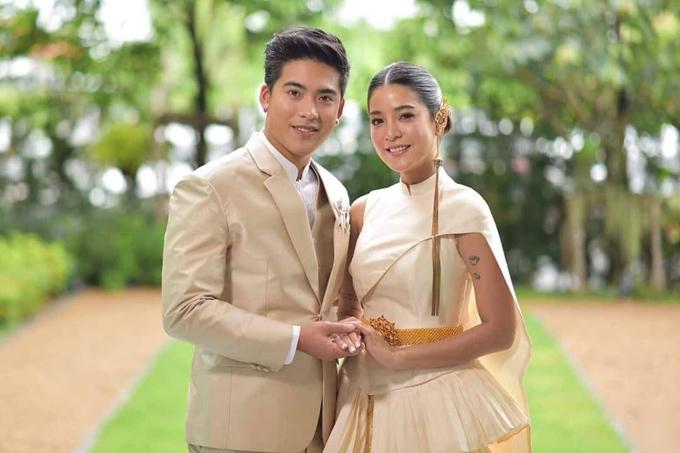 Ngày 4/7, nữ diễn viên Thái Lan Apinya Sakuljaroensuk đã tổ chức đám cưới với bạn trai Nuttawuth Boonrapsap Boonrapsap, kém cô 3 tuổi.