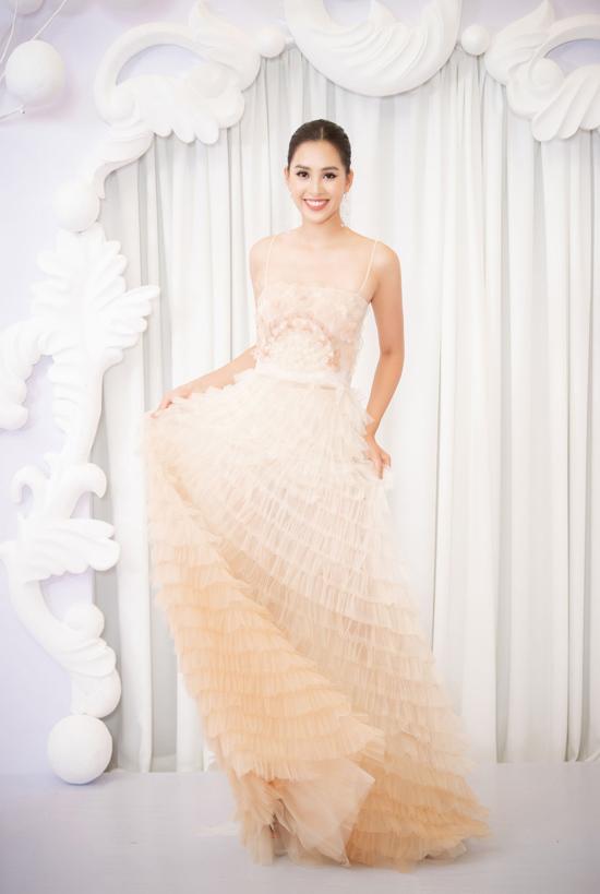 Hoa hậu Tiểu Vy cuốn hút như nàng thơ kiều diễm trong show thời trang ở Hà Nội.