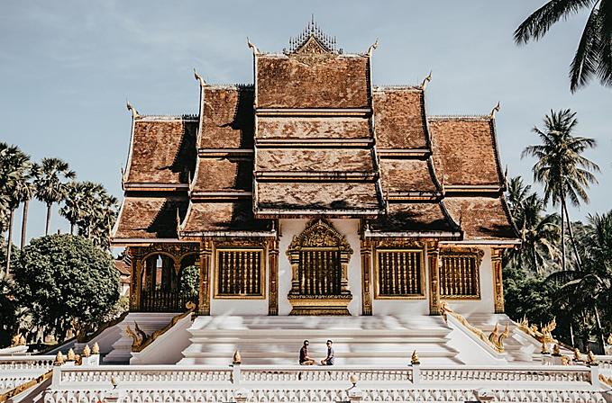 Ngày hôm sau, Adrian và bạn đời dậy sớm để đi thăm chùa và cung điện hoàng gia. Đây là một công trình đẹp và hùng vĩ, để vào cửa bạn phải mua vé từ 8h. Luang Prabang là đất Phật giáo, có đền hàng trăm ngôi chùa lớn nhỏ trong một thành phố, đi đâu cũng có thể gặp các ngôi chùa cổ tuyệt đẹp.