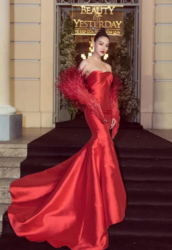 Hoa hậu Phương Khánh chọn đầm đuôi cá đỏ rực, nhấn nhá phụ kiện hình đôi cánh kết từ lông vũ công phu để khẳng định dấu ấn giữa dàn mỹ nhân.