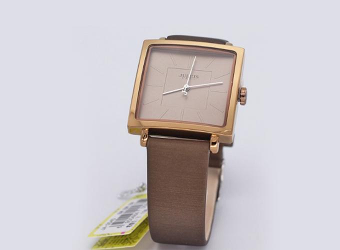 Mẫu đồng hồ ju1213 ja-354d nâu được bán giá ưu đãi 539.000 đồng (giá gốc 790.000 đồng). Mặt đồng hồ vuông thời trang, chế độ chống thấm nước 3ATM (30m) có thể đi mưa, rửa tay, rửa mặt, tránh tiếp xúc với môi trường hóa chất như giặt đồ, tấm gội.
