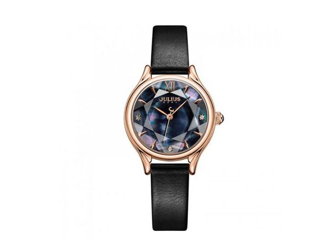 Mẫu đồng hồ JA-1154E màu đen mặt kính cường lực thiết kế như bề mặt viên kim cương, đem đến vẻ sang trọng cho bạn gái, sản phẩm được bán giá ưu đãi 899.000 đồng (giá gốc 1,459 triệu đồng).