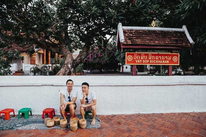 Là những tín đồ du lịch, Adrian Anh Tuấn và bạn đời Sơn Đoàn luôn tìm tòi những điểm đến mới mỗi khi có thời gian rảnh rỗi. Mùa hè năm nay, thay vì đến những thành phố nổi tiếng, sôi động, cặp đôi tìm đến vùng đất Luang Prabang (Lào) để tận hưởng những ngày hè trong trẻo. Thú thật, Sơn và Tuấn chưa bao giờ có ý định đến Luang Prabang chơi. Bạn bè xung quanh còn không biết đó là nơi nào. Nhưng đúng là khita không mong chờ thì những thứ tuyệt vời nhất lại xảy ra. Hết bất ngờ này đến ngạc nhiên khác trong 5 ngày tụi mình ở tại thành phố xinh đẹp này. Hiếm có khi nào tụi mình đi một nơi mà tới 5 ngày, mà đến ngày thứ 5 vẫn chưa muốn về, nhà thiết kế chia sẻ.