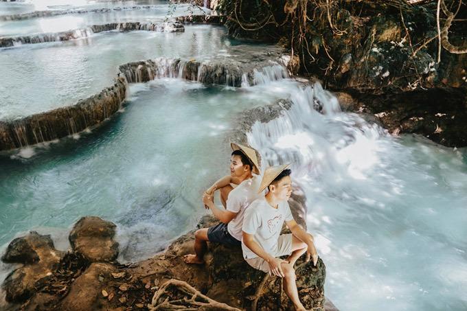 Luang Prabang nằm cách thủ đô Viêng Chăn 425 km về phía Bắc, bên bờ phía đông của sông Mekong, bên còn lại của bán đảo này là bờ sông Nam Khan bình yên. Luangprabang đã được UNESCO công nhận là di sản thế giới (văn hóa). Tuy nhiên, trái với tưởng tượng về sự đông đúc của một điểm đến nổi tiếng, thành phố này không có tiếng nhạc xập xình xen lẫn tiếng chèo kéo mua bán hàng rong, đến đây bạn chỉ có thể thư giãn và tận hưởng những ngày không phải làm gì cả, chỉ ngắm cảnh, viếng chùa, du sông và ăn ngon. Khí hậu ở đây khá giống với miền Bắc nước ta, mùa đông có thể lạnh đến 15 độc C và mùa hè rất nóng, lên đến 35 độ C. Hai người tới đây đúng những ngày nóng đỉnh điểm.