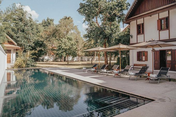 Khách sạn tiếp theo mà đôi tình chân dừng chân là một căn villa cổ hơn 100 năm tuổi, được UNESCO công nhận và cần được bảo tồn. Villa này thuộc sở hữu của công chúa Lào, sau đó được một tập đoàn nghỉ dưỡng mua lại và sửa chữa. Để book được villa này, Tuấn phải có mối quan hệ một chút và cần cả may mắn. Giá thuê phòng là 1.500 USD/đêm. Villa có 4 phòng ngủ, rộng hơn 1.000m2. Tụi mình còn được ngồi ở ghế mà công chúa và vua Lào từng ngồi đó, cảm thấy may mắn quá vì luôn được có những trải nghiệm tuyệt vời như thế này. Nơi đây cũng là nơi công chúa lấy chồng và đức Vua đã đến chúc phúc cho gia đình. Các bức ảnh xung quanh căn phòng còn được giữ lại những kỷ niệm của ngày xa xưa, Adrian Anh Tuấn chia sẻ.