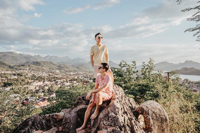 Ngoài ra, một hoạt động khác cũng không thể bỏ lỡ là ngắm mặt trời lặn trên đỉnh đèo Phou Si. Đỉnh đèo cao khoảng 100 m, đường lên rất đẹp. Ở giữa đồi là ngôi chùa Wat Tham. Du khách lên đỉnh đồi xem mặt trời lặn rất đông, để có chỗ tốt thì bạn phải đến từ rất sớm. Góc chụp đẹp nhất chính là từ mỏm đá ăn ảnh nàynhưng sẽ phải đợi khá lâu để chờ tới lượt. Từ đây, bạn có thể nhìn thấy toàn bộ thành phố, hai con sông và dãy núi phía xa. Khung cảnh rất bình yên. Hai người còn thuê thuyền đi dọc sông Mekong để xem cuộc sống của người dân  và ngắm mặt trời lặn vào ngày hôm sau. Ngay dưới chân đèo Phou Si là chợ đêm nên ngắm xong hoàng hôn, du khách thườngcó thể xuống ăn tối tới 22h.