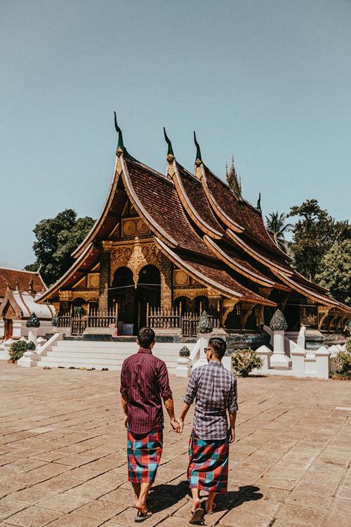 Chùa Wat Xieng Thong là một trong những ngôi chùa cổ nhất và quan trọng nhất của thành phố Luang Prabang, nằm ở ngã ba sông Mê Kông và sông Nam Khan. Chùa có kiến trúc đặc thù ở Lào, mái cong cong buông xuống gần mặt đất. Mỗi năm, vào dịp Bunpimay (Tết Lào) mọi chức sắc trong giáo hội Phật giáo Lào cũng như quan chức trong chính quyền tại Luang Prabang đều hội tụ về chùa Xiêng Thoong hành lễ chào mừng năm mới, rước tượng Prabang từ bảo tàng viện về an vị trong sân. Người dân cùng tắm tượng bằng nước hoa đại suốt một ngày, biểu hiện lòng sùng tín đối với Phật giáo.