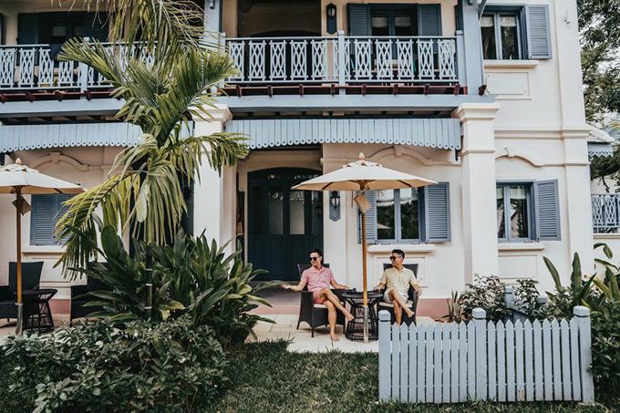 Luang Prabang là một thành phố du lịch nên sẽ không thiếu các sự lựa chọn về chỗ ở. Như những lần trước, Adrian Anh Tuấn và Sơn Đoàn chọn lọc rất kỹ và thay đổi chỗ ở 3 lần để trải nghiệm. Ngày đầu tiên, hai người ở tại Le Bel Air Resort, một resort 4 sao dạng sân vườn, nằm sát bờ sông Nam Khan nên buổi chiều ra hồ bơi ngắm hoàng hôn. Giá thuê từ 1,5 triệu đồng đến 3,5 triệu đồng. Căn phòng cặp đôi thuê là một bungalow riêng biệt đẹp nhất resort, phía trước là hồ bơi sát bờ sông với tầm nhìn thoáng rộng.