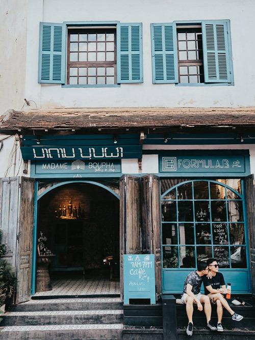 Luang Prabang rất nhỏ bé và hiền lành, khu bán đảo là phố cổ chỉ vỏn vẹn có 3 con đường song song với nhau. Đường chính giữa là nơi tinh hoa hội tụ, từ ăn uống, cà phê đến các shop và chợ đêm cũng nằm trên trục đường này. Đến đây nhất định bạn phải đi một vòng cafe tour. Nhiều quán cà phê bé xinh mà thơm ngon ngào ngạt.