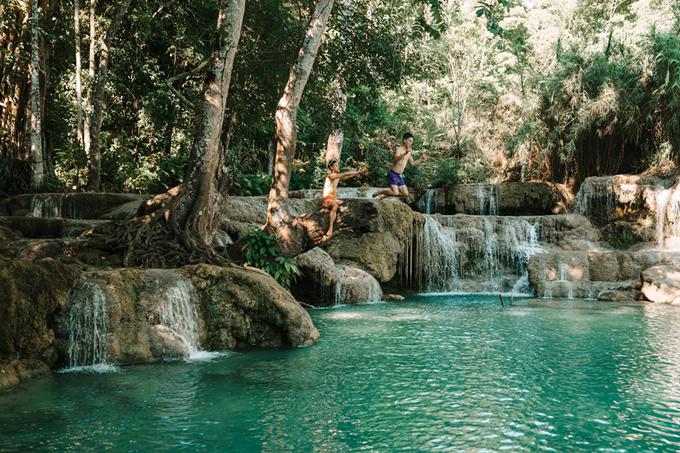 Thác Kuang Si là điểm đến nổi tiếng thế giới ở thành phố này, cách trung tâm khoảng 45 phút đi xe,thường rất đông khách du lịch nên bạn nên đi từ 7h cho vắng. Giá vé vào cổng là 20.000 kip, khoảng 60.000 đồng. Nước ở đây rất xanh, xuất phát từ thượng nguồn và mang theo một lượng tảo khổng lồ do đó, thác có màu xanh quanh năm. Phía dưới khu vực thác có nhiều bãi tắm dành cho du khách. Trờinóng nhưng nước mát lạnh như nước đá. Cảm giác lần đầu tiên chạm mặt nước rất sung sướng. Dưới nước trong xanh kia có rất nhiều cá cứ bu lại rỉa chân mình như được massage, anh nói.