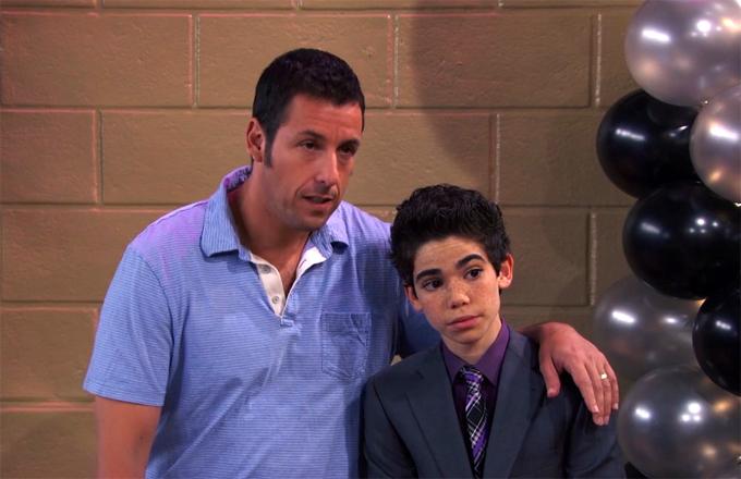 Cameron Boyce bên Adam Sandler trong Grown Ups 2.