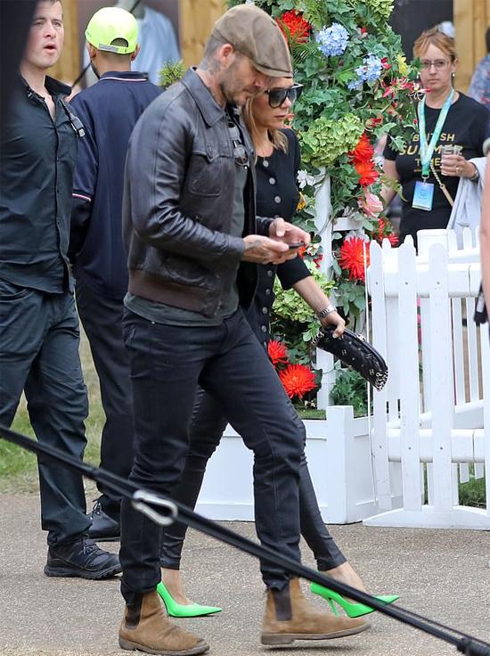 Cùng mặc trang phục tối màu nhưng Vic nổi bật với đôi giày cao gót xanh neon khi cả hai r
