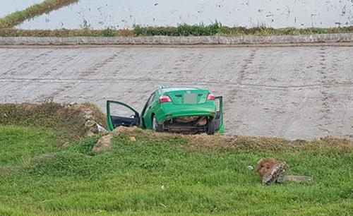 Chiếc taxi bị hư hỏng nặng sau khi lao xuống ruộng. Ảnh: Công an cung cấp.