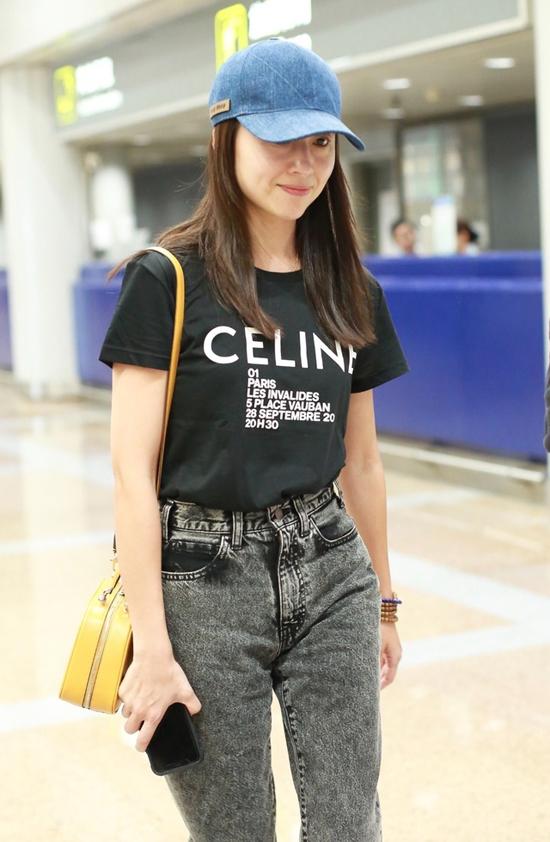 Đổng Khiết trẻ trung, khỏe khoắn khi xuất hiện tại sân bay ở Bắc Kinh hôm 7/7. Nữ diễn viên để mặt mộc, làn da mịn màng đầy sức sống. Ở tuổi 39, ngôi sao 2046 vẫn rất xinh đẹp.