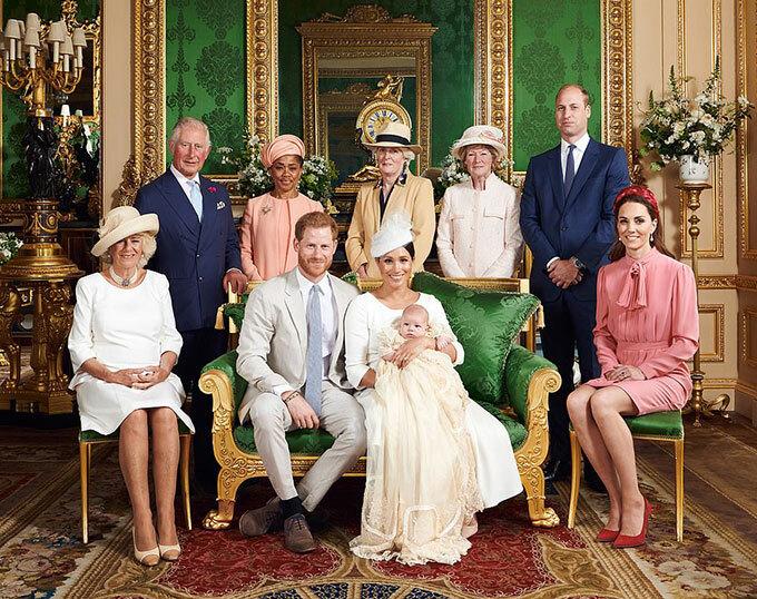 Bé Archie - con trai đầu lòng của vợ chồng Harry và Meghan, chụp ảnh cùng vợ chồng Thái tử Charles, bà Doria - mẹ của Meghan, Lady Jane Fellowes và Lady Sarah McCorquodale - chị gái của cố Công nương Diana,vợ chồng Công tước xứ Cambridge sau lễ rửa tội ở lâu đài Windsor hôm 6/7. Ảnh: Instagram.