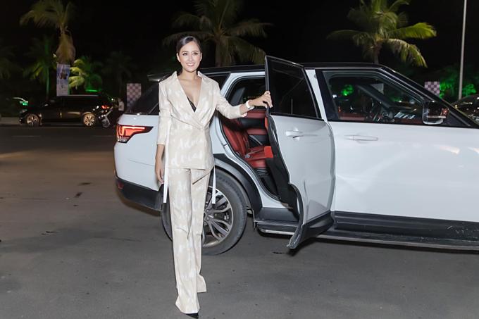 Hoa hậu Mai Phương Thúy cho biết: Xe mượn bạn và chân dài chính chủ.