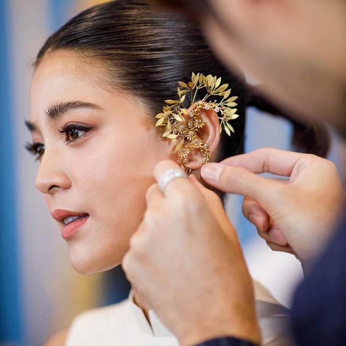 Cô dâu 29 tuổi trang điểm đơn giản, giúp tôn đường nét thanh tú trên gương mặt.