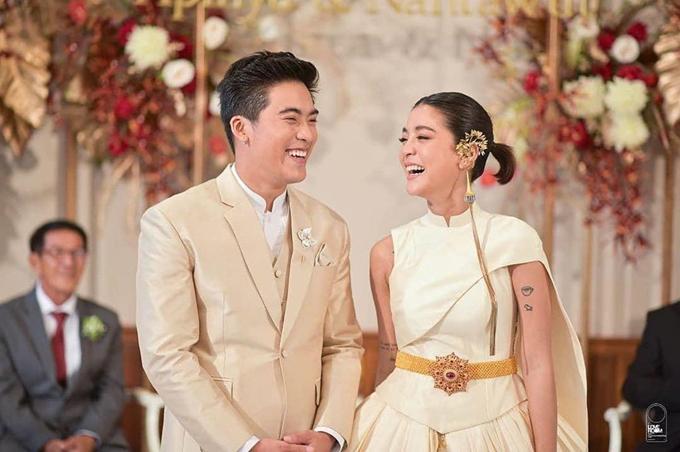 Apinya xuất hiện rạng rỡ trong bộ váy cưới truyền thống của Thái Lan khi thực hiện nghi lễ theo phong tục địa phương.
