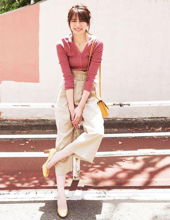 Mùa hè thu năm nay, mốt quần lưng cao đánh dấu sự trở lại. Chọn kiểu trang phục này sẽ giúp người mặc tôn dáng một cách đáng kể.
