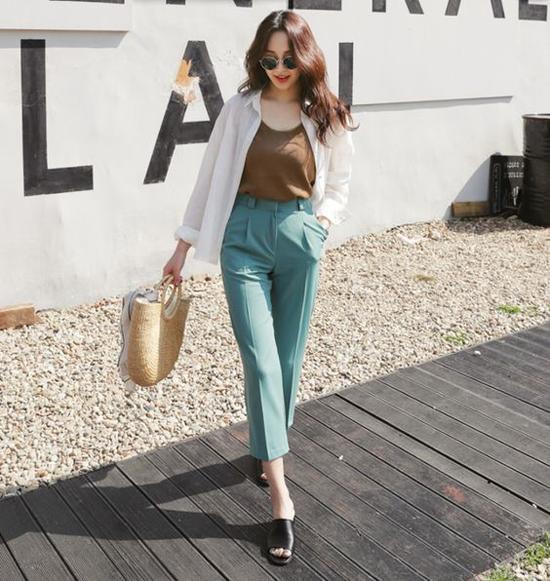 Song song với các kiểu quần lưng cao, quần ống rộng là thiết kế quần ống côn, quần ổng lửng mang lại sự thoải mái cho nàng yêu hoạt động.