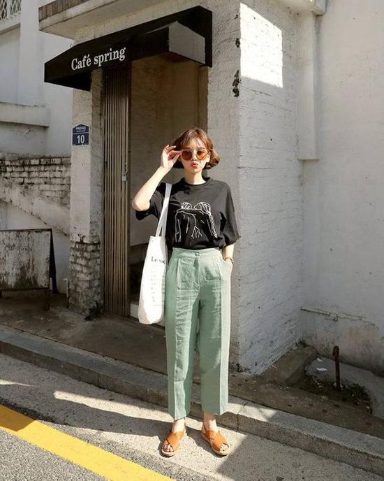 Các kiểu quần vải, quần âu khi kết hợp với sơ mi luôn mang lại nét chỉn chu, trang nhã cho người mặc. Nhưng đôi khi nó lại khiến hình ảnh của phái đẹp khá cứng nhắc. Chỉ cần một thay đổi nhỏ bằng việc chọn kiểu áo thun đơn giản, người mặc sẽ có được sự trẻ trung hơn tuổi.
