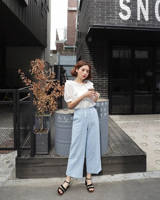 Khi diện quần ống lửng, các tín đồ thời trang xứ Hàn thường chọn những mẫu áo tay bồng, áo chấm bi, áo vintage để phối đồ.