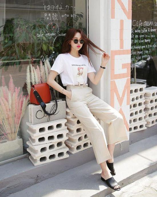 Với áo thun cổ tròn, quần suông ống đứng phái đẹp nhanh chóng có được set đồ hợp mốt khi đến văn phòng hay đi cafe.