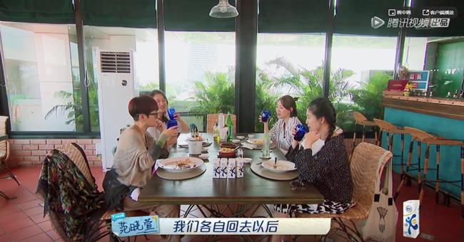 Bốn người phụ nữ bàn bạc về chủ đề con cái.