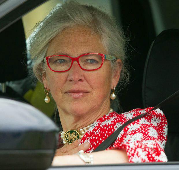 Bà Tiggy ngồi ghế phụ, cạnh Hoàng tử William khi đến dự lễ rửa tội của con trai Harry - Meghan hôm 6/7. Ảnh: PA.