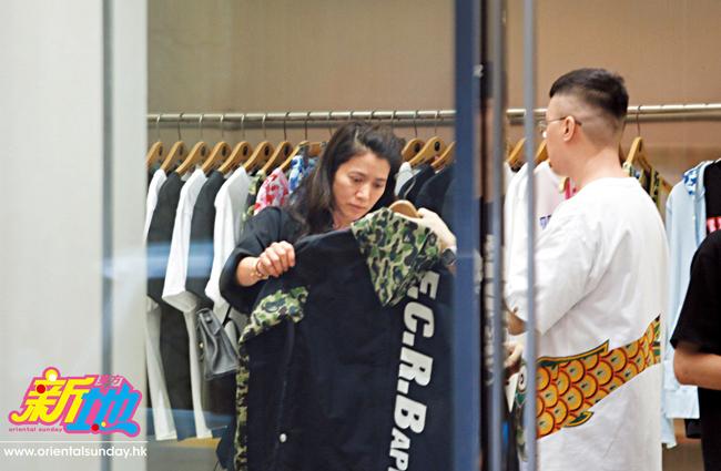 Sau khi mua đồ gia dụng, Vịnh Nghi còn rẽ vào một hàng quần áo. Trong khi Vịnh Nghi chọn đồ...