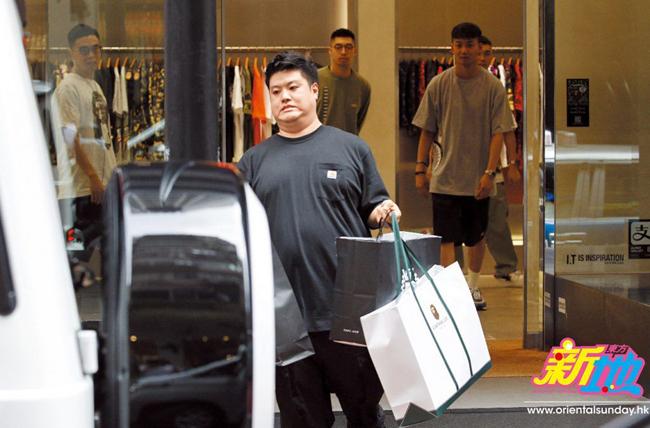 Trợ lý giúp Vịnh Nghi bê hàng đống đồ xa xe, sau một ngày mua sắm.
