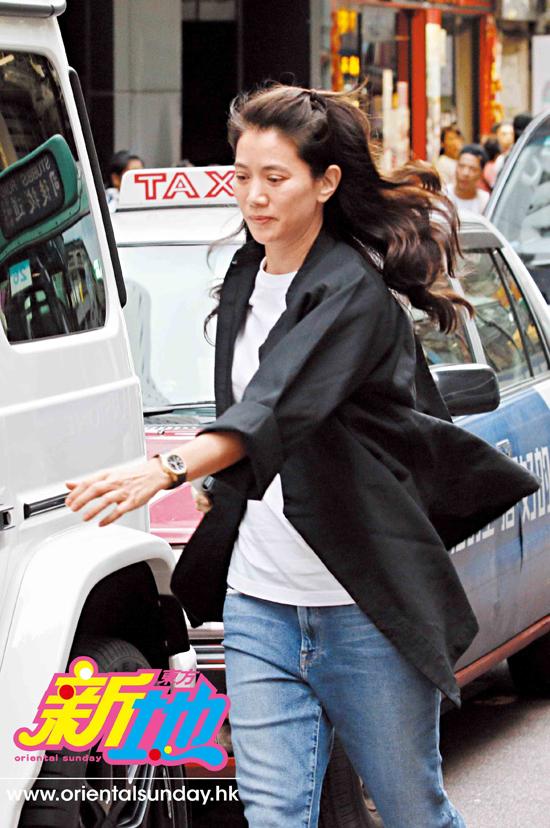 Bà xã của Trương Trí Lâm - Hoa hậu Viên Vịnh Nghi rời khỏi xe, vào một số cửa hàng đồ gia dụng, nội thất cao cấp ở Causeway Bay, Hong Kong hôm cuối tuần vừa rồi. Nữ diễn viên để mặt mộc như thói quen thường thấy, trông mặt rất hào hứng.