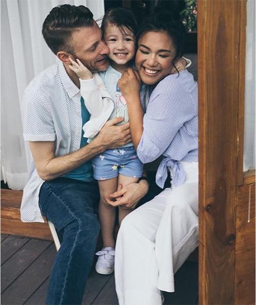 Khoảnh khắc hạnh phúc của Phương Vy Idol bên chồng và con gái.