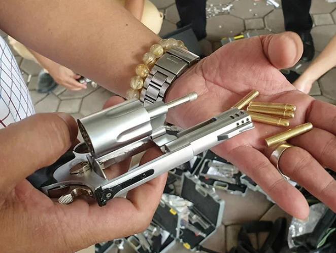 19 khẩu súng tự chế có đạn bên trong được đóng vào các hộp nhựa. Ảnh:Phương Sơn.