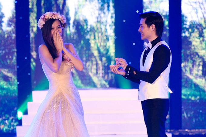 Ông Cao Thắng - Đông Nhi đã tái hiện trên sân khấu hành trìnhtừ yêu đến cưới của một cặp yêu nhau với màn cầu hôn...