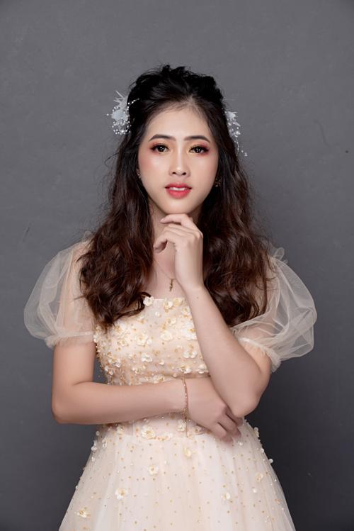 Những bộ đầm công chúa ngày xưa Thuận chưa từng nghĩ sẽ khoác lên người, nay cô tự tin diện chúng, trang điểm và ghi lại hình ảnh kỷ niệm.