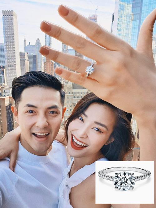 Sáng 9/7, Đông Nhi đã chia sẻ hình ảnh tình tứ bên Ông Cao Thắng, tiết lộ nhận lời cầu hôn của bạn trai. Cô đeo một chiếc nhẫn kim cương- quà cầu hôn từ Ông Cao Thắng. Mẫu nhẫn của Đông Nhi trông tương đối giống với chiếc nhẫn từ thương hiệu Tiffany, với trọng lượng kim cương 2.06 carat,có giá 126.000 USD (hơn 2,9 tỷ đồng) Thông thường, chiếc nhẫn đính hôn có kiểu dáng cầu kỳ hơn nhẫn cưới vì đó là món quà người đàn ông dùng để thuyết phục cô gái đồng ý làm vợ của mình. Món quà vừa là vật đính ước, vừa là món đồ trang sức để phái đẹp mang trên tay mỗi ngày.