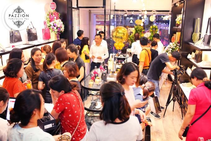 Pazzion là thương hiệu giày - túi xách tại Singapore luôn nằm trong top 10 thương hiệu được yêu thích tại đất nước này. Pazzion có 10 gian hàng trưng bày tại các trung tâm lớn nhất Singapore và tại 10 nước châu Á như: Ấn Độ, Nhật Bản, Hàn Quốc, Brunei, Campuchia, Malaysia, Myanmar, Thái Lan, Việt Nam, Nga.  Các sản phẩm của Pazzion đa dạng, phong phú về mẫu mã, phù hợp với xu hướng thời trang hiện đại nhưng nổi bật sự thoải mái, thời trang, thanh lịch pha nét cổ điển vintage.  Tiêu chí đặt ra của Pazzion là đầu tư tối đa vào từng sản phẩm, sử dụng da bê và da cừu tốt nhất nhằm mang đến sự thoải mái cho đôi chân của người phụ nữ hiện đại.