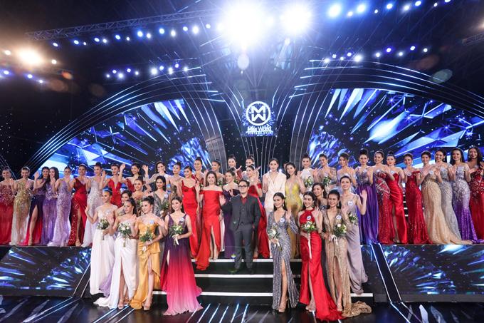 Hoa hậu doanh nhân Đặng Thị Xuân Hương - Cố vấn thẩm mỹ và hình thể của Miss World Vietnam 2019 chụp hình cùng ban tổ chức và các thí sinh.