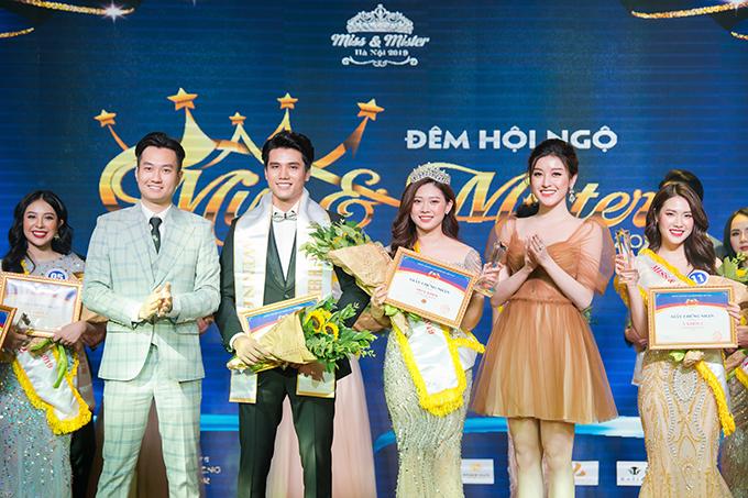 Á hậu Huyền My và diễn viên Anh Tuấn trao giải cho các thí sinh của Đêm hội ngộ Miss & Mister Hà Nội.