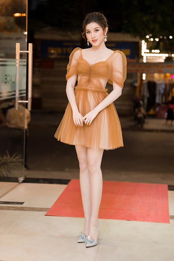 Để hoàn thiện phong cách công chúa, cô đi giàylấp lánh của thương hiệu Jimmi Choo. Đây là phiên bản giới hạn, có giá khoảng 5.000 USD (hơn 100 triệu đồng). Người đẹp từng diện thiết kế này trong một vài sự kiện trước đây.