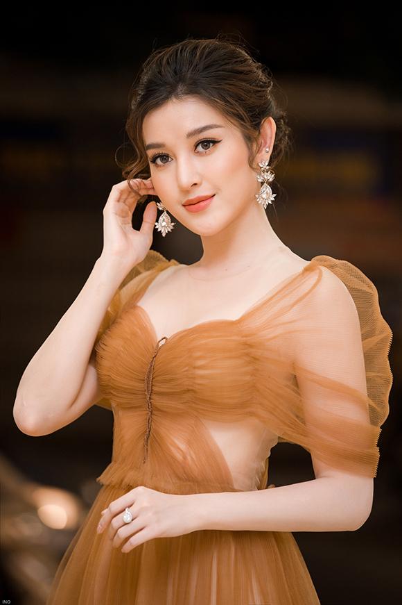 Bộ váy xuyên thấu làm từ chất liệu voan mềm mịn giúp Á hậu Việt Nam 2014 khoe được làn da trắng sứ cùng đường cong gợi cảm.