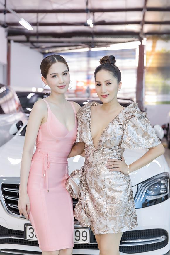 Bà mẹ 2 con đọ sắc cùng nữ hoàng nội y Ngọc Trinh tại sự kiện. Hai người đẹp cùng khoe ngực đầy bằng thiết kế xẻ ngực.