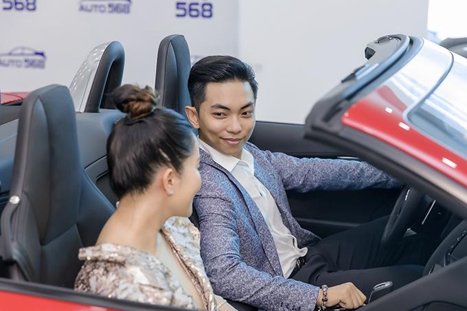 Phan Hiển nhìn vợ đắm đuối trước khi chạy thử một mẫu ôtô mới. Cặp đôi trải qua nhiều thăng trầm mới có được hạnh phúc như hiện tại.