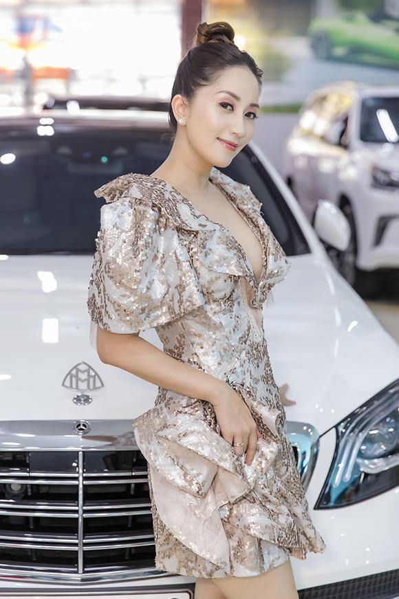 Sáng 8/7,Khánh Thi có mặt tại Hà Nội. Cô khoe vóc dáng bằngchiếc váy của nhà thiết kế Anh Thư trong sự kiện ra mắt showroom ôtô do một người bạn thân tổ chức.