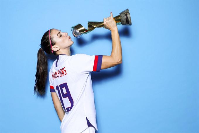 Alex Morgan tái hiện hành động uống trà khi chụp ảnh cùng cup vô địch