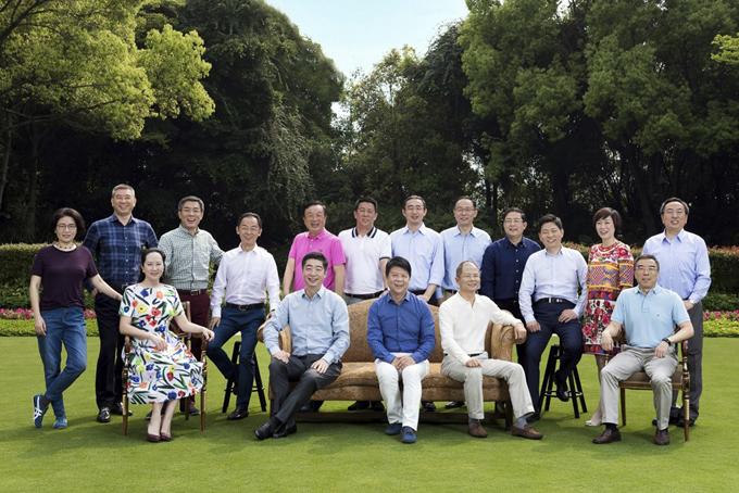 Bức ảnh chụp các lãnh đạo cao cấp nhất Huawei, ông Ren Zhengfei mặc áo hồng, đứng thứ năm từ bên trái qua.