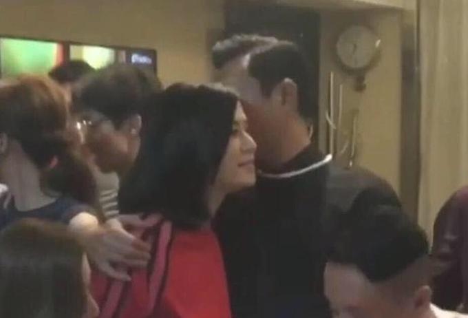 Cổ Thiên Lạc và Tuyên Huyên thân mật ở trường quay vào năm ngoái.